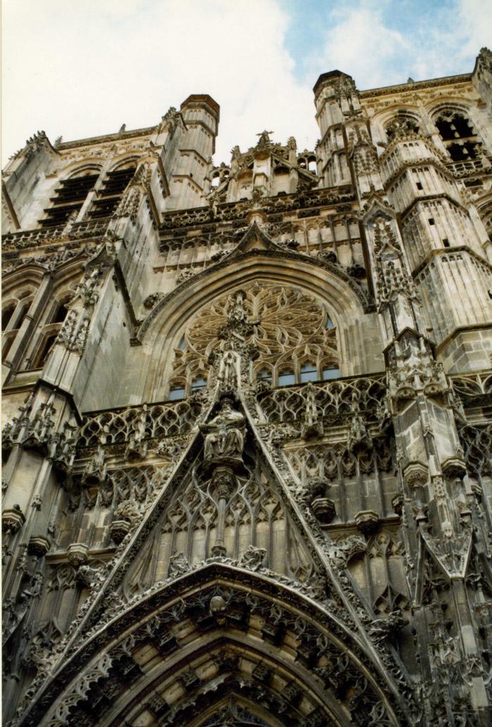 gothische Fassade der Kathedrale von Amiens