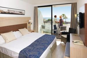das sauebre Zimmer mit Meerblick, mehr braucht man erst einmal nicht im allsun Hotel Eden Alcudia