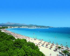 die Bucht von Alcudia mit dem sichelförmigen Strand Playa de Muro ist das geografische Gegenstück der Playa de Palma der Insel Mallorca