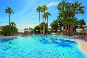 das Wasser aller Pools auf Mallorca hat einen leichten Salzgeschmack. Mallorca ist eine Insel.