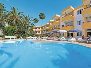 Hotelansicht mit Pool