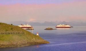 MS-Nordlys und MS-Polarlys vor Henningsvaer