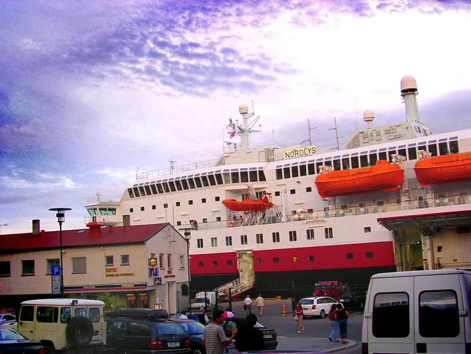 Hurtigruten Nordlys im Hafen von Molde