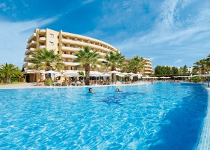 Poollandschaft mit einem der drei Gebäude des Hotel Orient Beach
